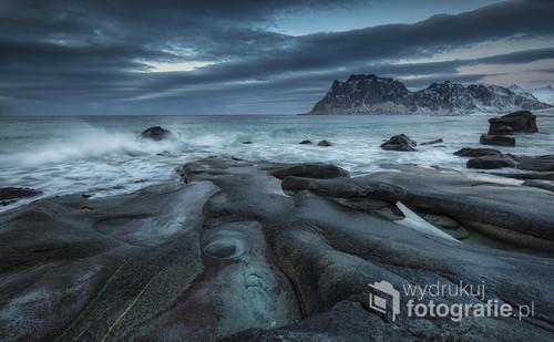 Zdjecie zostało zrobione podczas warsztatów fotograficznych w lutym tego roku na Lofotach. Wspaniała Gra światła plus widok na tzw Oko Północy wraz z rozbijającymi się falami o skały nadała uroku i przenosi na do miejsca gdzie czas mija wolniej