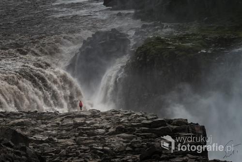 Zatrzymaj się na chwilę. Pomilcz. Posłuchaj. Obserwowanie tego wodospadu i z bliska i z daleka to niesamowite przeżycie. Dettifoss jest jednym na najpotężniejszych wodospadów w Europie. Będąc tam i czując jego ogrom każdym naszym zmysłem uświadamiamy sobie jak mali jesteśmy.