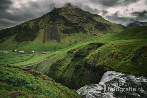 Żeby zobaczyć Skogafoss z góry, trzeba wykazać się niezłą kondycją. Zaraz obok niezliczonej ilości schodów wypasają się islandzkie owce. Cierpliwie siedząc, obserwują dyszących turystów, mozolnie wspinających się do góry. Spróbujcie sami czy wytrzymacie ich wzrok :)