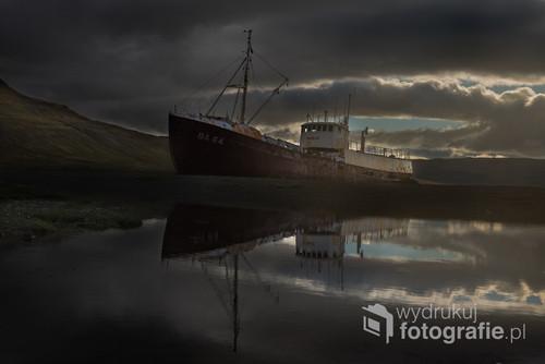 Przemierzasz islandzkie fiordy. Spodziewasz się wielu rzeczy, wielu wspaniałych widoków ale wrak statku zaparkowany zaraz za zakrętem zaskakuje każdego.