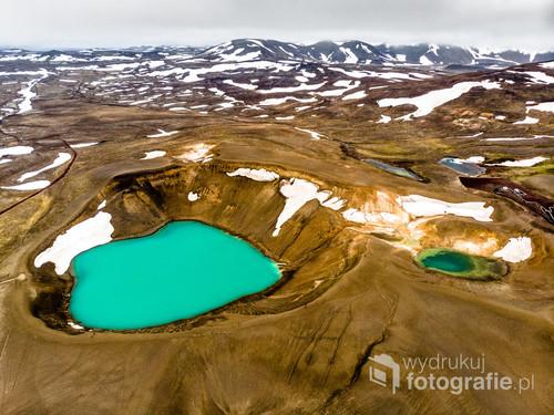 Krater Viti, Islandia, jeden z niewielu przypadkowo stworzonych przez ludzi. Dron