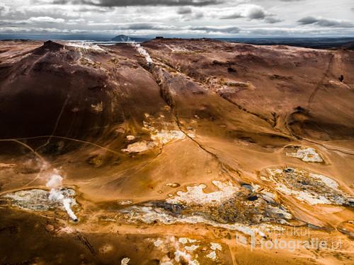Obszar geotermalny Hverir z drona, Islandia
