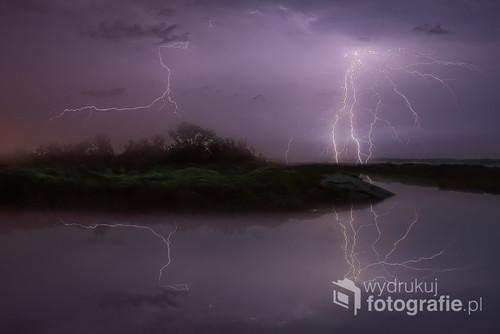 Fotografia powstała nad Rzeką Narew w burzową, sierpniową noc 2018 roku.