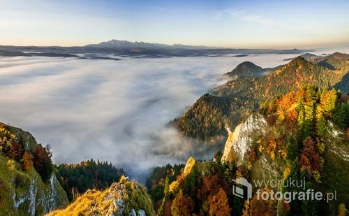 Zdjęcie zostało wykonane w Pieninach na szczycie Trzy Korony w stronę Południowo Zachodnią jesienią. Fotografia przedstawia Panoramę tatry z platformy widokowej.