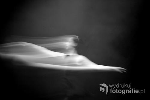 Zdjęcie przedstawia tancerkę baletu, podczas corocznego festiwalu odbywającego się w małej podwarszawskiej miejscowości.   Fotografia wyróżniona w 2017 Sony World Photography Awards. Została wystawiona w ramach wystawy pokonkursowej w Somerset House w centrum Londynu.  Fotografia zjeła pierwsze miejsce w konkursie Mono Magic będącego częścią Young Digital Camera Photographer of the Year 2018 organizownaego przez Digital Camera. Została wystawiona w ramach wystawy pokonkursowej w Narodowym Centrum Wystawienniczym podczas The Photography Show 2018 w Birmingham.