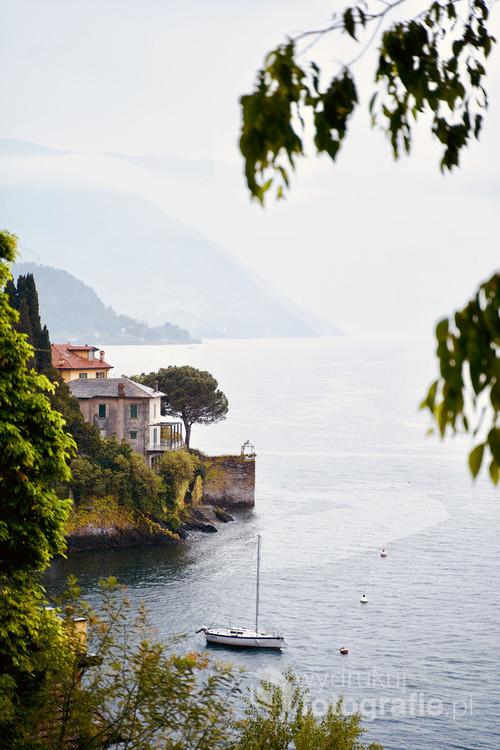 Jezioro Como w Lombardii, we Włoszech. Zapierający dech w piersiach widok z jednej z uliczek w Varennie. To wyjątkowe miejsce w którym jednocześnie można żeglować i podziwiać wspaniałe górskie krajobrazy.