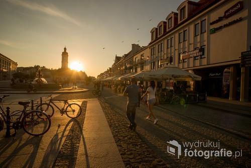 Rynek Kościuszki w Białymstoku o zachodzie słońca.