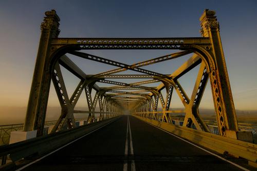 Ach te zatłoczone drogi krajowe na Podlasiu ;-) Dobrze, wczesna pora trochę to tłumaczy. Trasa Białystok - Lublin. Most na rzece Narew w Ploskach. Most z długą i ciekawą historią.