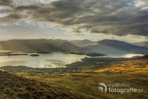 Jesienna panorama jeziora Loch Lomond widziana ze stoków góry Conic Hill, Szkocja