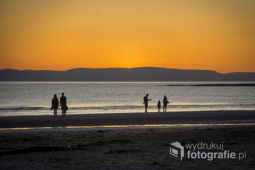 Zdjęcie zrobione na plaży w Troon, w Szkocji, na horyzoncie wyspa Arran