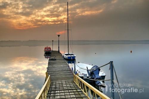 Zdjęcie wykonane bladym świtem, na zalewem w Poraju.