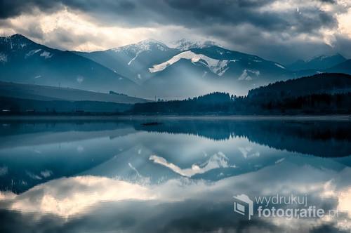 Słowackie jezioro Liptovska Mara, w tle Tatry, zdjęcie robione z Bobrovnik