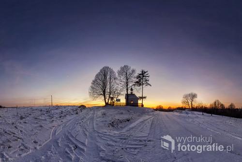Kapliczka w Nowinach Horynieckich o zachodzie Słońca - Roztocze wschodnie, Poland, 31. grudzień 2016