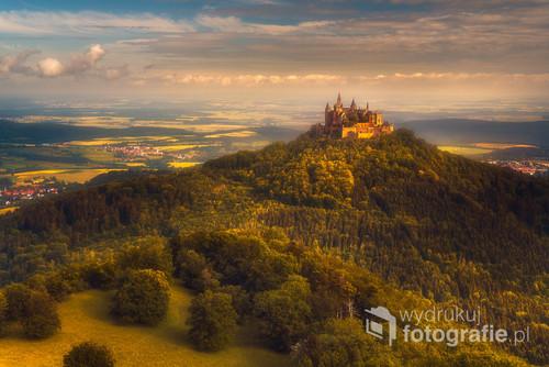 A dokładnie to Zamek Hohenzollernów - twierdza usytuowana jest na malowniczym wzniesieniu zwanym potocznie Zollerberg (855 metrów n.p.m.) na obrzeżach miasta Hechingen w odległości około 50 km w kierunku południowym od Stuttgartu. Zdjęcie wykonałem w drodze powrotnej z Francji w czerwcu 2018.