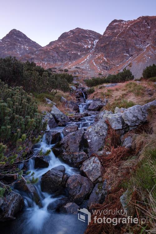 Fotografia została zrobiona w jesienny poranek w Tatrach w Dolinie Gąsienicowej w pobliżu Zielonego Stawu Gąsienicowego.