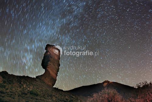 Teneryfa, w tle wulkan TEIDE . Jest to 365 sek z życia gwiazd na niebie. Gwiazda Polarna nad wulkanem TEIDE po prawej stronie .W tle za Palcem Boży majaczący pył gwiezdny z naszej Drogi Mlecznej