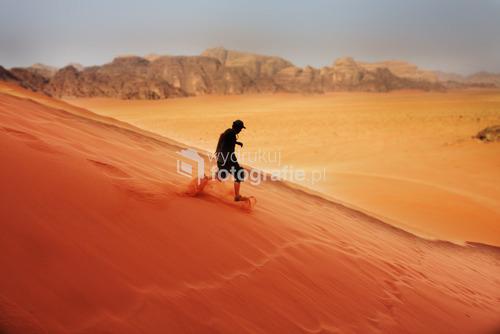 WadiRum najczerwieńsza pustynia świata. Przemieżając gorace piaski nie można było sobie odmówic spaceru z księzycowej góry. Wyjątkowa kolorystyka z beduinami ukrytymi po miedzy skałami
