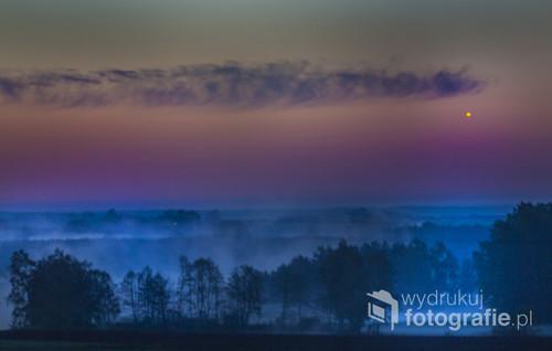 Letni poranek godz 2:18 świt okolice Góry Strękowej .Całe rozlewiska toneły w porannej mgle Bagien Biebrzańskiech a to wszytko oglądała jasna  WENUS