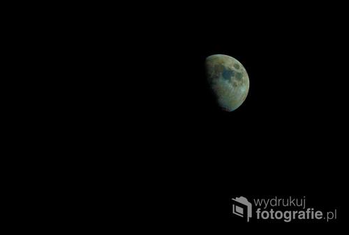 Fotografia pokazuje prawdziwe kolory księżyca, ludzkie oko tego wszystkiego nie widzi natomiast matryca aparatu fotograficznego juz tak
