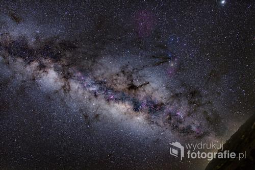 Zdjecie przedstawia Droge Mleczna widoczna z Teneryfy.  Jest to fragment naszej Galaktyki, jedno z ramion. Nasz Galaktyka zawiera około 400 miliardów gwiazd, jakis fragment jest na zdjeciu . Mgławica rózowo-zołto-niebieska jest skarbem Gwiazdozbioru Scorpiona