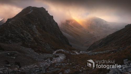Tatrzański szlak prowadzący z Przełęczy Krzyżne w stronę Hali Gąsienicowej. Zdjęcie zrobione latem 2016 roku, podczas zachodu słońca.
