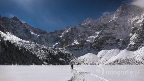 Fotografia została wykonana na zamarzniętej tafli Morskiego Oka. Przedstawia piękną zimową noc w Tatrach, oraz mnie stojącego na samym środku jeziora.  Styczeń 2017