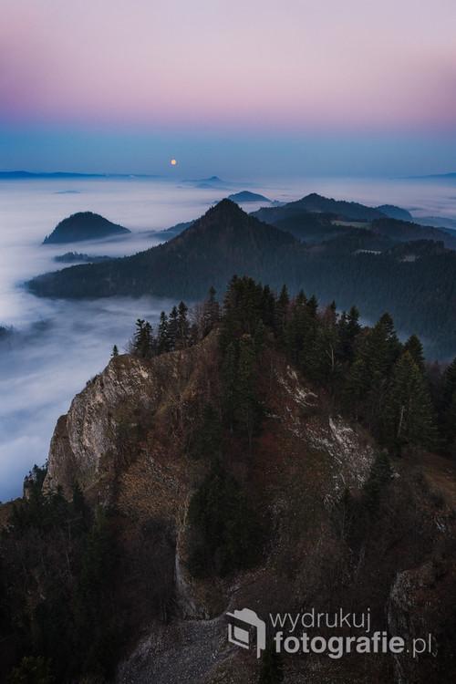 Piękny, wiosenny zachód księżyca. Spektakularne morze mgieł z pienińskich Trzech Koron.  Wiosna 2017