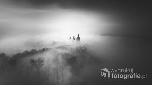 Zdjęcie przedstawia widok z wieży Klimek w Grudziądzu w czasie mgły.