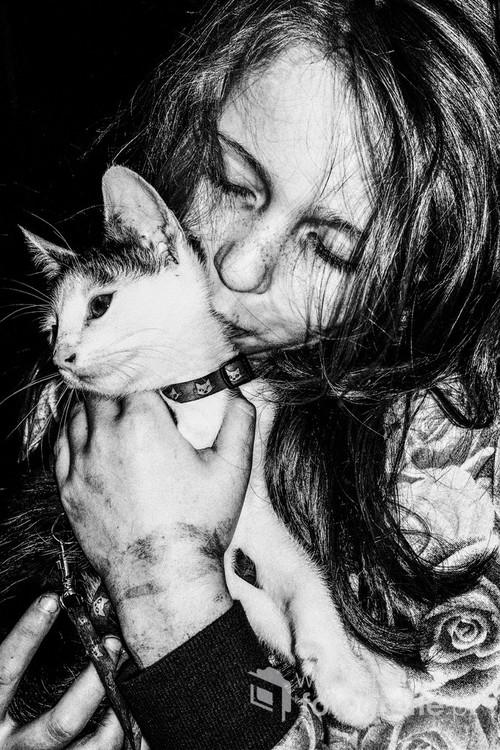 Portret dziewczynki z kotem, Warszawa 2015 Fotografia nagrodzona na International Photoraphy Awards (Honorable Mention)