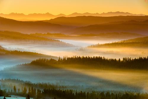 Piękny poranek w beskidach.Mgła rozpościera się efektownie w dolinach.W tle widok na Tatry.
