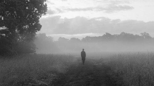 Autoportret wykonany w trakcie pierwszej fali pandemii opisujący poczucie samotności i izolacji.