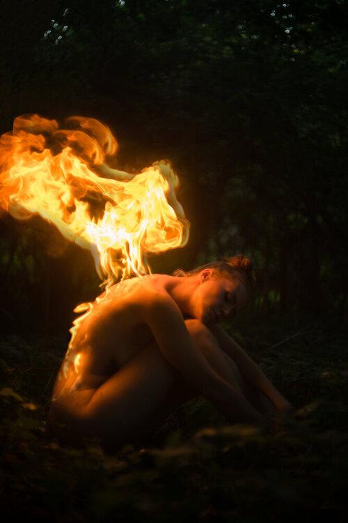 Aktowe zdjęcie Magdy powstało przy użyciu prawdziwego ognia.