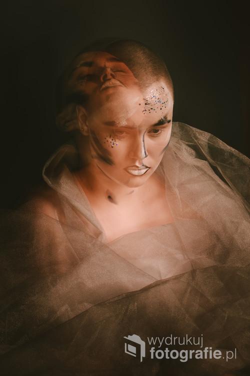 Zdjęcie w estetyce inspirowanej tak nowoczesną stylistyką portretową, jak i filozofią Wschodu. Długa ekspozycja w mieszanym oświetleniu.