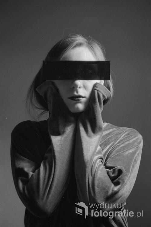 Autoportret tak spotaniczny jak mogą być stylizowane autoportrety - znalezienie okularów ze sklepu z zabawnymi przedmiotami i pięciominutowa sesja.