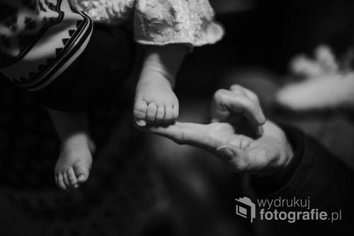 Wnuczka i babcia - moment w bliskości.