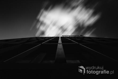 Robiąc to zdjęcie skupiałem się najpierw na liniach wiodących jednak gdy chmury pojawiły się na niebie zmieniło to moją wizję na to zdjęcie. Chmury na horyzoncie (tu wysoko na niebie) są alegorią naszego życia, pojawiamy się raz i przemijamy bezpowrotnie...