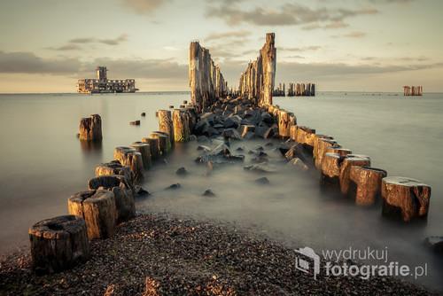 Gdynia - Babie Doły. Fascynujące miejsce, które odwiedza codziennie niejeden fotograf. Zdjęcie wykonane podczas zachodu słońca, które rzucało ciepłą barwę. Użycie długiego czasu naświetlania sprawiło, że woda zamieniła się w delikatną mgiełkę.