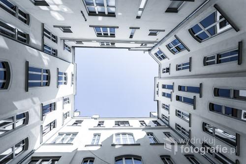 Weekendowy wyjazd do Wrocławia zamienił się w poszukiwanie ciekawych i unikatowych kadrów. Na jednej z ulicy pewna kamienica skrywa w swoim wnętrzu wyjątkowe miejsce. Po wejściu do niego wystarczy spojrzeć tylko w górę aby przenieść się w inny wymiar.