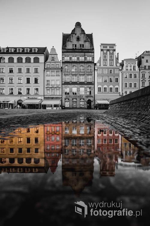 Wrocławski rynek jest piękny i w czerni i bieli i w kolorze. Ja postanowiłem połączyć te dwie kolorystyki z zupełnie innej perspektywy.