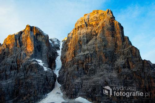 Zdjęcie wykonane o świcie we włoskich Dolomitach Brenta.
