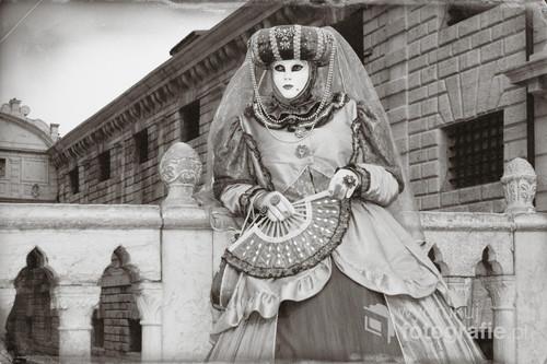 Karnawał w Wenecji - współczesne zdjęcie stylizowane na starą fotografię.