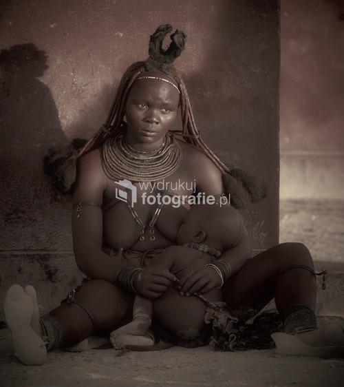 Refleksyjna scena w świetle zachodu. Namibia pn-zach. Mama z plemienia HImba. 2013.  Z wystawy