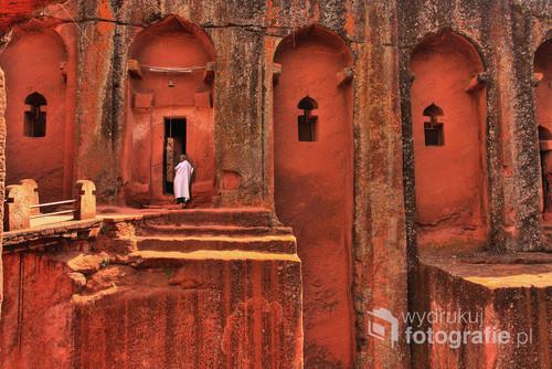 jeden z kilkunastu wykutych w skale koptyjskich kościołów w Lalibeli, Etiopia pn. 2011. Zdjęcie z wystawy Etiopia - Podejrzane Obrazy