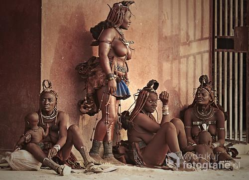 Kobiety z plemienia Himba, scenka podpatrzona w małym miasteczku Opuwo w Namibii pn-zach. 2013r. Z wystawy