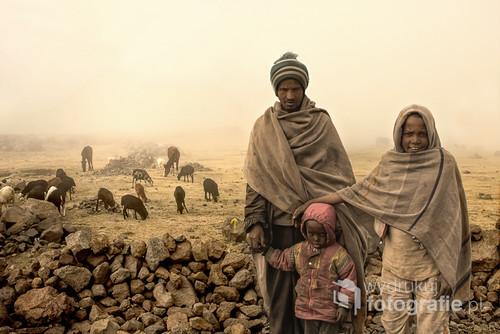 przejeżdżając przez przełęcz w północnej Etiopii musieliśmy zatrzymać samochód z powodu gęstej mgły.  Po chwili z mgły wyłoniły się te postacie. Zdjęcie z wystawy