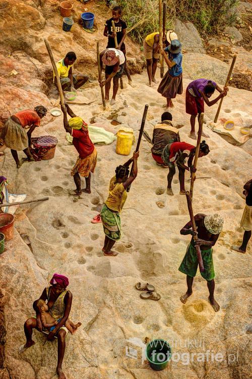 Poszukiwanie złotą jest popularnym zajęciem na Madagaskarze, tutaj - metodą łupania kołkiem w skale.  Madagaskar 2016. Zdjęcie z wystawy Madagaskar - Zapomniany Świat. 05.2017 1 miejsce w konkursie Travel Photographer of the Year 2017 w kategorii najlepsze zdjęcie w Portfolio. wyróżnienie w konkursie ND Awards.
