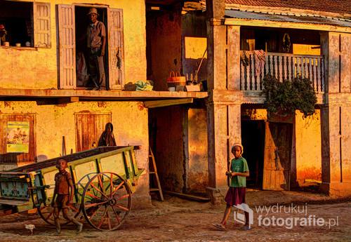 Życiowa scenka z Madagaskaru o złotej godzinie. Z wystawy