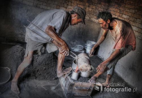 ...garnki lepią. Huta aluminium na Madagaskarze. Z wystawy Madagaskar -