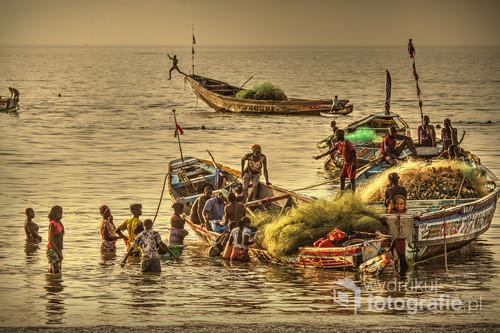 Wieczorny powrót rybaków z oceanu. Serrekunda, Gambia.