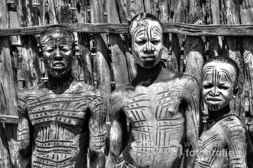 Czyli Szkieletów Ludy. Przedstawiciele nielicznego już plemienia Caro (Kara) z doliny rzeki Omo w południowej Etiopii.  Są znani z upodobania do chodzenia na szczudłach i malowania się białą glinką, co nadaje im dość niesamowity szkieletopodobny wygląd. Zdjęcie wyróżnione w konkursie ND Awards 2017. https://ndawards.net/winners-gallery/nd-awards-2017/non-professional/portrait/hm/7251